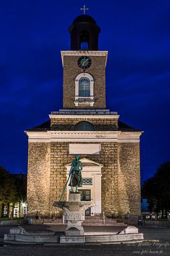Marienkirche Husum mit Tine Brunnen